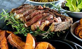 ארוחת בשרים עשירה לזוג במושבוצ