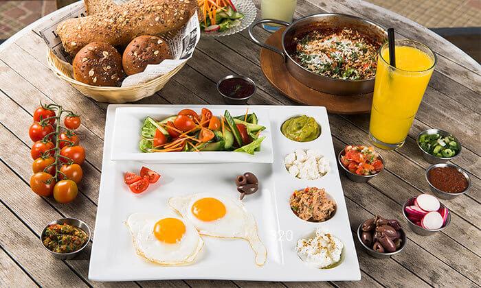 ארוחת בוקר זוגית במסעדת אראמיס, אוכל שמח ובר על הים באשדוד