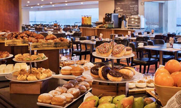 ארוחת בוקר בופה במלון קראון פלזה, תל אביב