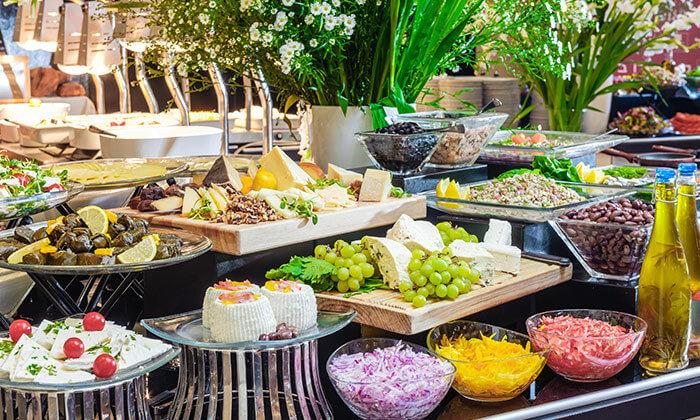 ארוחת בוקר בופה במלון לאונרדו ביץ' הכשר, מול חוף גורדון