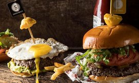 ארוחת המבורגר ותוספות בעד העצם