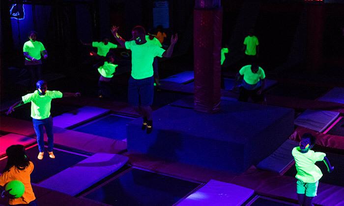 מסיבת חושך זוהרת לילדים Glow party בפארק הטרמפולינות Sky Jump, רעננה