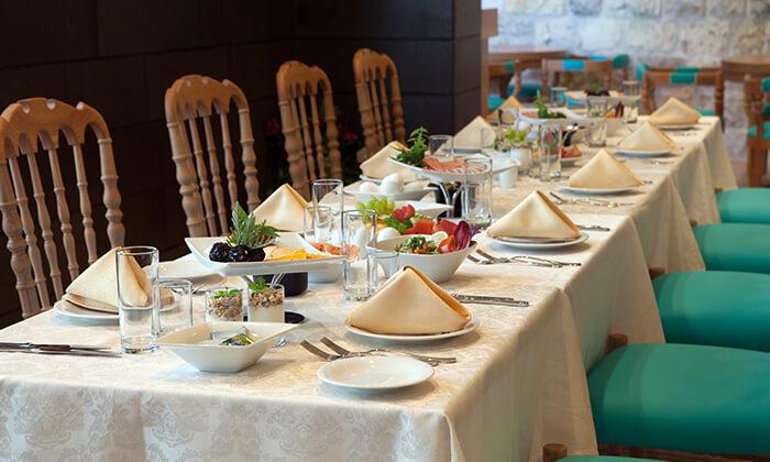 ארוחת בוקר בופה במלון לגאסי, מול כנסיית הבשורה בנצרת